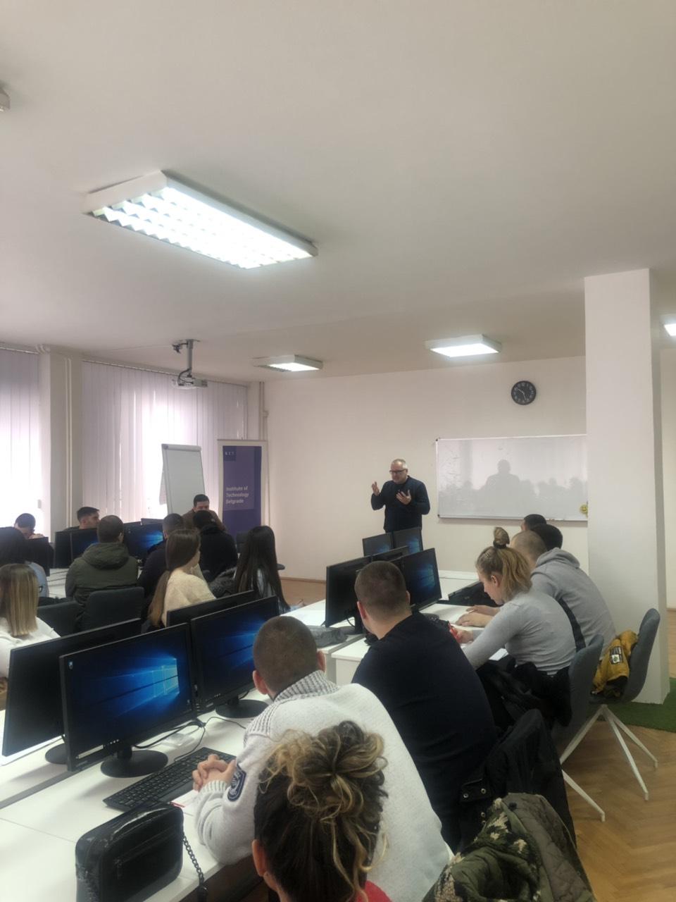 Profesor Zoran Vesić drži predavanje anketarima.